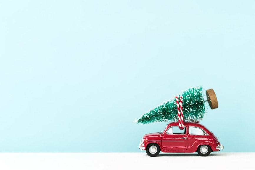 Rotes Auto mit Tannenbaum - Herr Ribisel bringt das Weihnachtsfeier Catering in Berlin