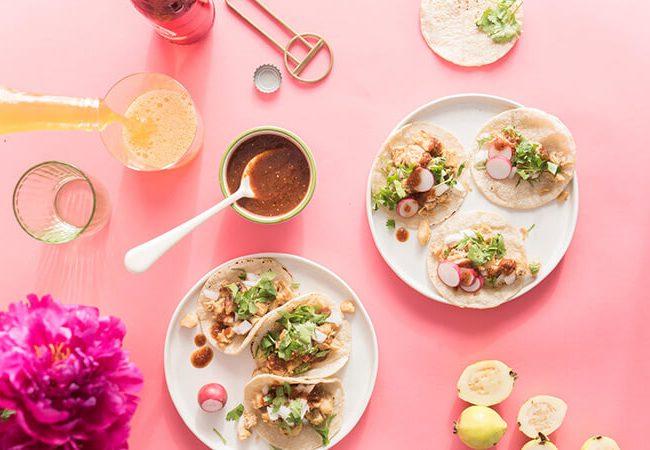 Wraps und Dips auf rosa Tisch - Catering von Herr Ribisel