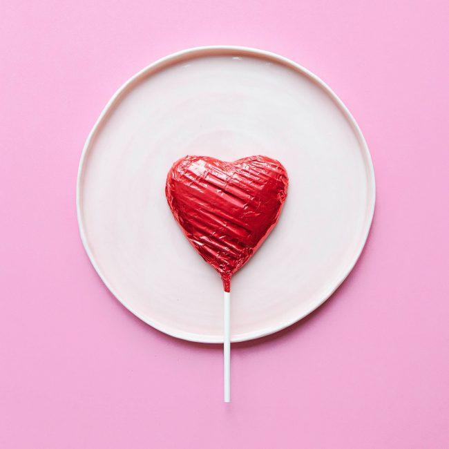 Herz Lollipop auf Teller - Berlin Catering mit Liebe und Abstand