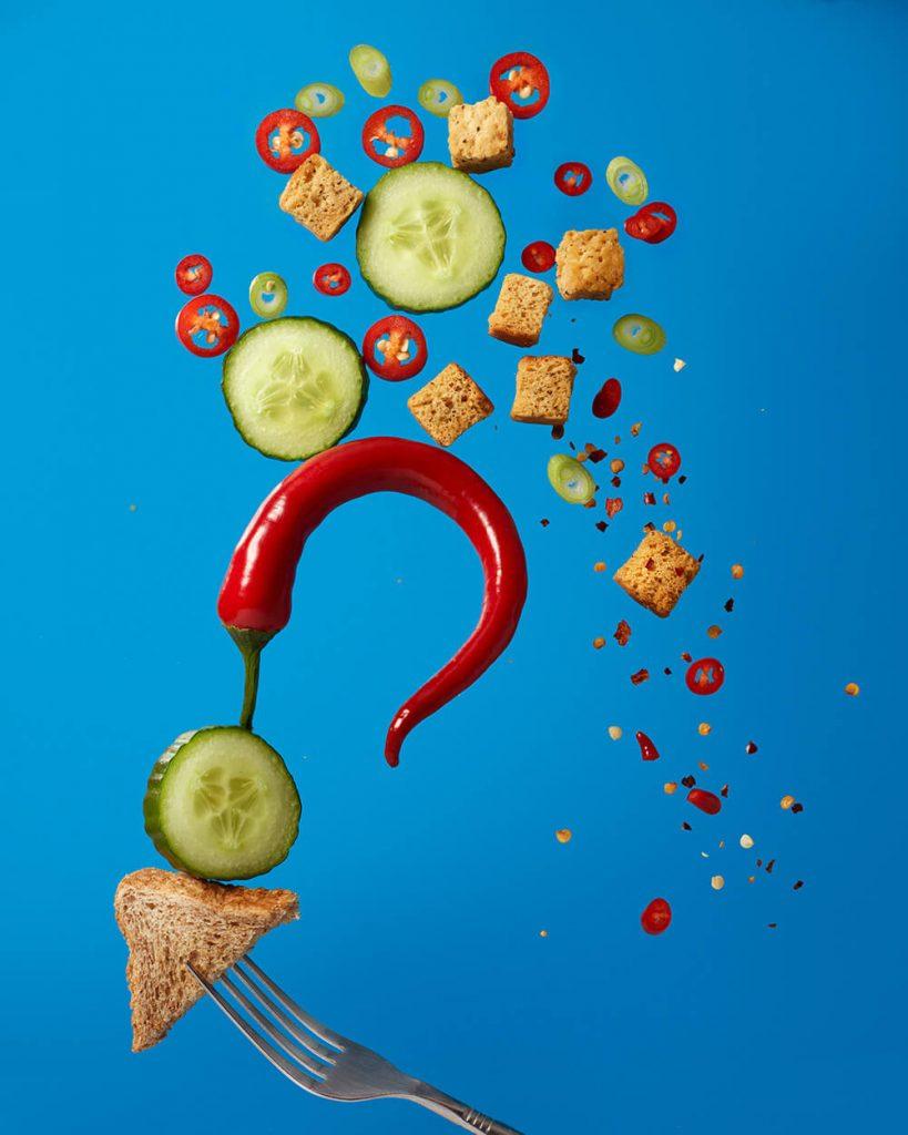 Wirbel aus Essen mit Chili und Gurkenscheiben