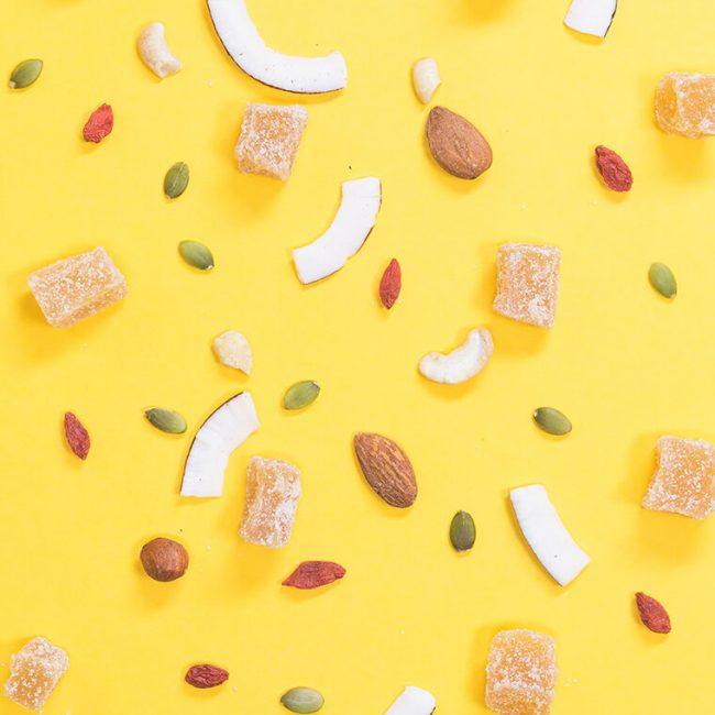 Obststückchen vor gelbem Hintergrund