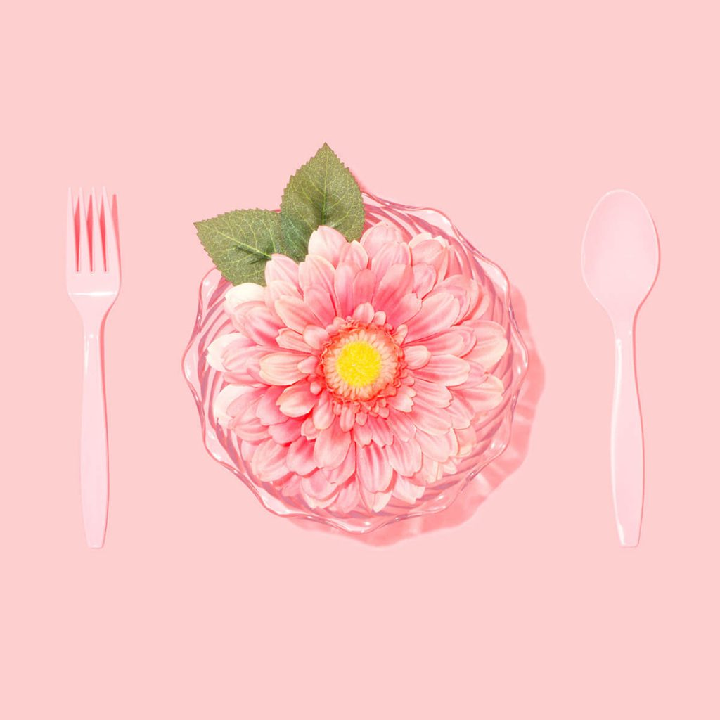 Rosa Blume und Besteck