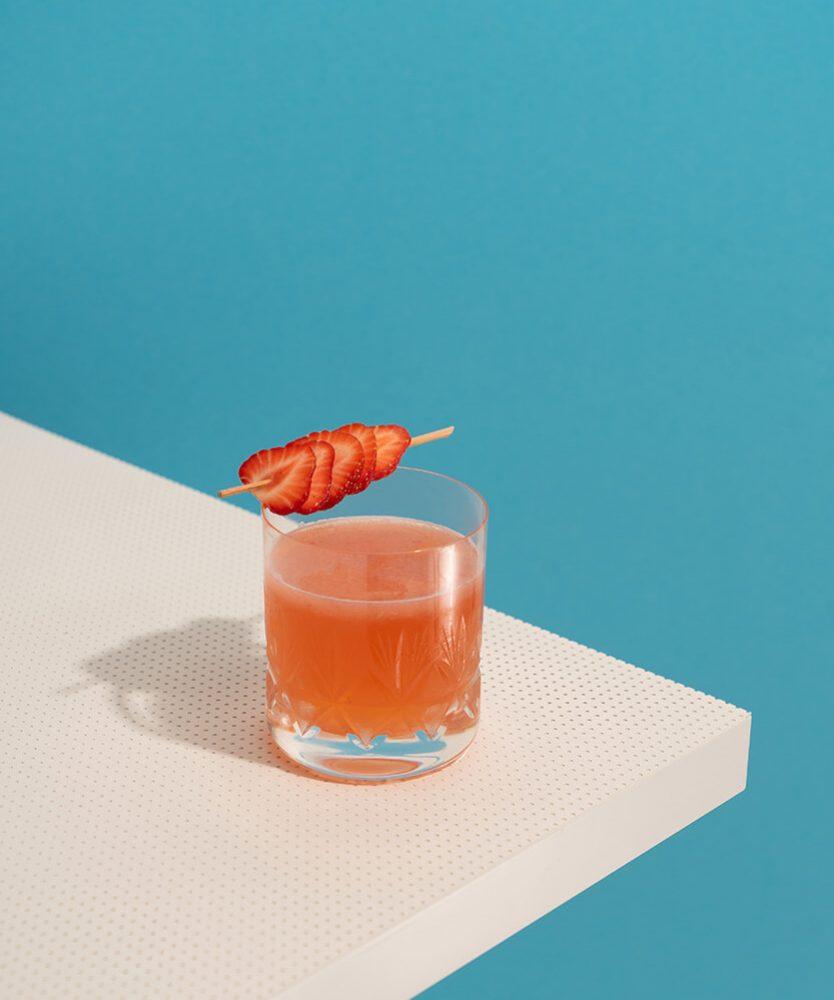 Kein Buffet ohne Getränke - Cocktail-Glas an einer Tischecke