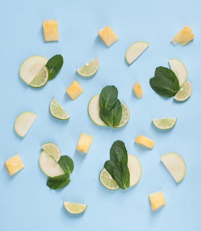 Vegetarisches Catering Symbolbild - Obststückchen, Limettenscheiben und Minzblätter